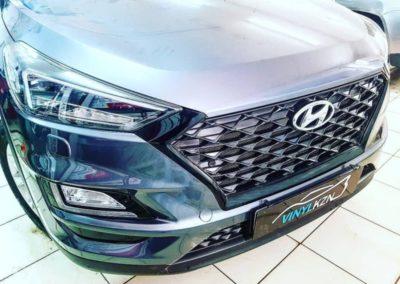 Оклеили серую окантовку решетки радиатора в красивый черный глянец, тонировка лобового стекла атермальной пленкой Llumar Air 20% — Hyundai Tucson