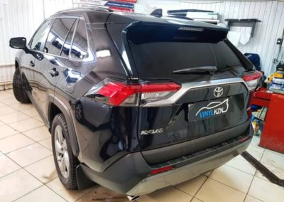 Toyota Rav4 — выполнили тонировку задней части автомобиля пленкой Llumar ATR