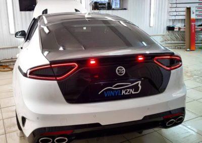 Kia Stinger — оклеили крышку багажника черной глянцевой пленкой, притемнили задние фонари