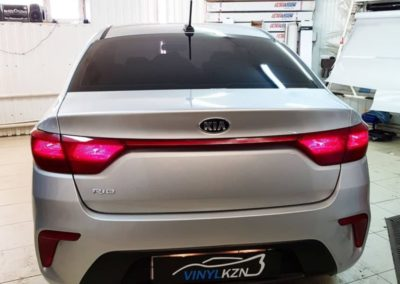 Kia Rio — оклейка фар автомобиля красной пленкой