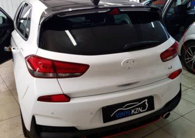 Hyundai I30 — оклеили крышу и часть спойлера в черный глянец и теперь установим черные логотипы автомобиля