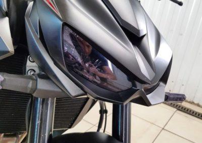 Мотоцикл Kawasaki — забронировали бак и пластик полиуретановой матовой пленкой SunTek, фары притемнили пленкой Stek