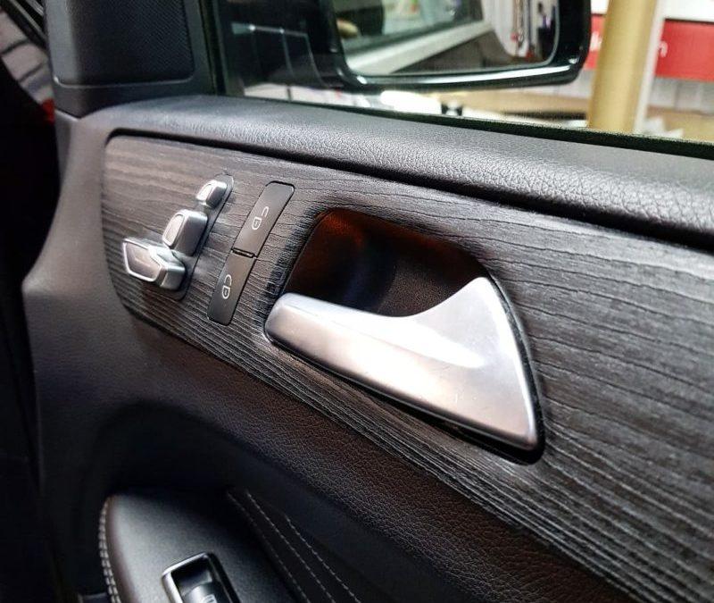 Mercedes GLE — оклейка глянцевых вставок в салоне текстурной пленкой под угольное дерево