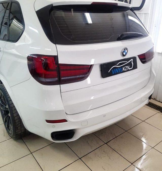 BMW X5 — оклеили задние фонари полиуретановой пленкой с затемнением STEK