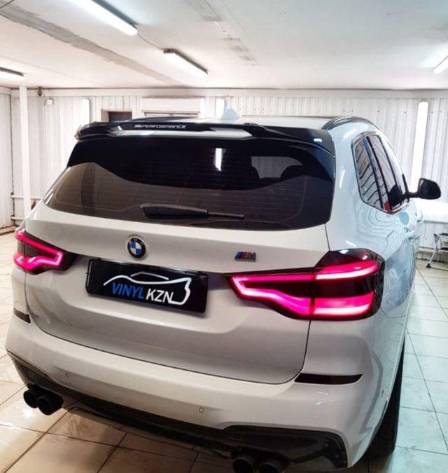 BMW X3 — притемнили переднюю и заднюю оптику полиуретановой пленкой Stek, зеркала и передние ноздри оклеили черной глянцевой пленкой.