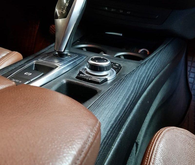 BMW X5 — оклеили глянцевые вставки под черное текстурное дерево